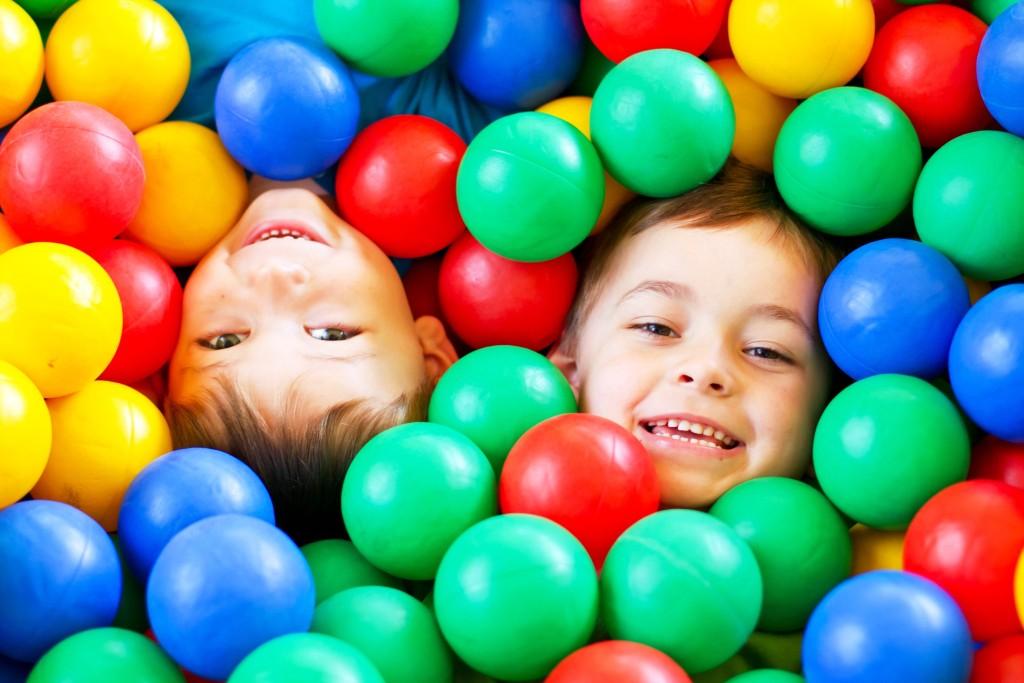 Kinder spielen in sauberen Bällen